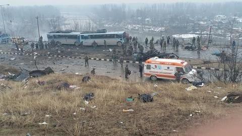 जम्मू-कश्मीर में CRPF के काफिले पर बड़ा आतंकी हमला, 18 जवान शहीद, कई घायल