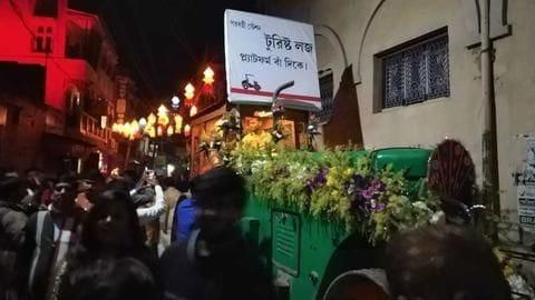 पश्चिम बंगाल: रोड रोलर पर बैठकर शादी समारोह में पहुँचा दूल्हा, हर जगह हो रही चर्चा