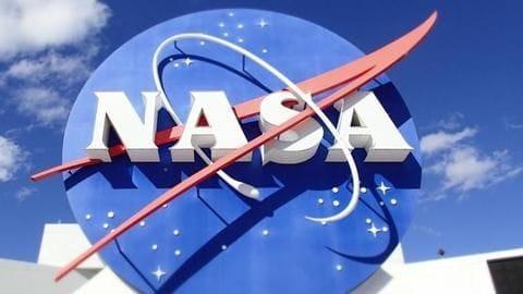 चांद पर जाने वाले अंतरिक्ष यात्रियों को पानी के टैंकर में ट्रेनिंग दे रही NASA