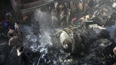 मानवीय गलती के कारण क्रैश हुआ था पाकिस्तानी विमान, कोरोना पर चर्चा कर रहे थे पायलट