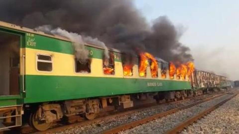 कराची से रावलपिंडी जा रही ट्रेन में सिलेंडर फटने से लगी आग, 65 की मौत