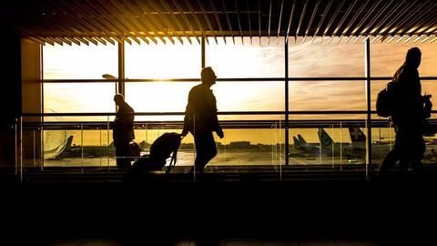 US tightens security screening for travelers in airports