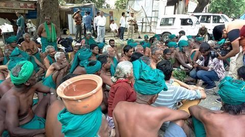 TN farmers at Jantar Mantar to now consume urine, feces