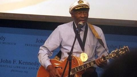 Fans pay tributes to musician Chuck Berry at funeral