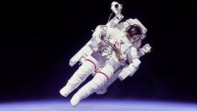 Bruce McCandless, first astronaut to fly untethered in space, dies
