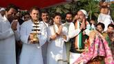 MP: Rahul Gandhi performs 'Narmada Aarti', then sets on roadshow