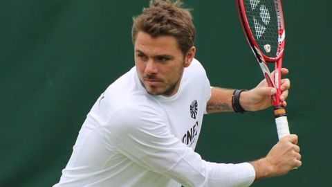 Federer, William sisters win ; Wawrinka out