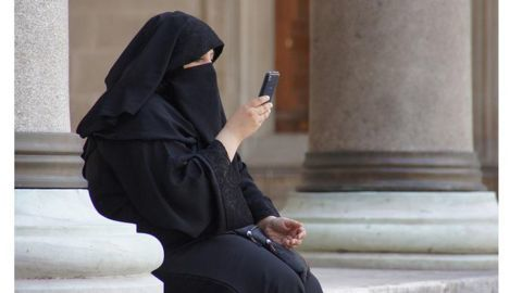 Saudi woman arrested for posing without hijab