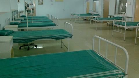 Jharkhand: Electricity shortage forces doctors to work under phone light