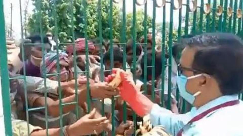 Uttar Pradesh: Migrant workers scramble for bananas in Prayagraj