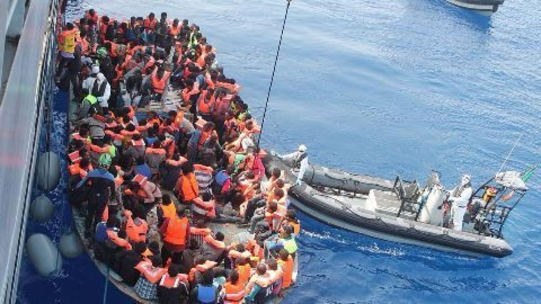 Migrant boat sinks, hundreds rescued
